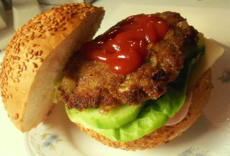 Hamburger s mletým masem a zeleninou