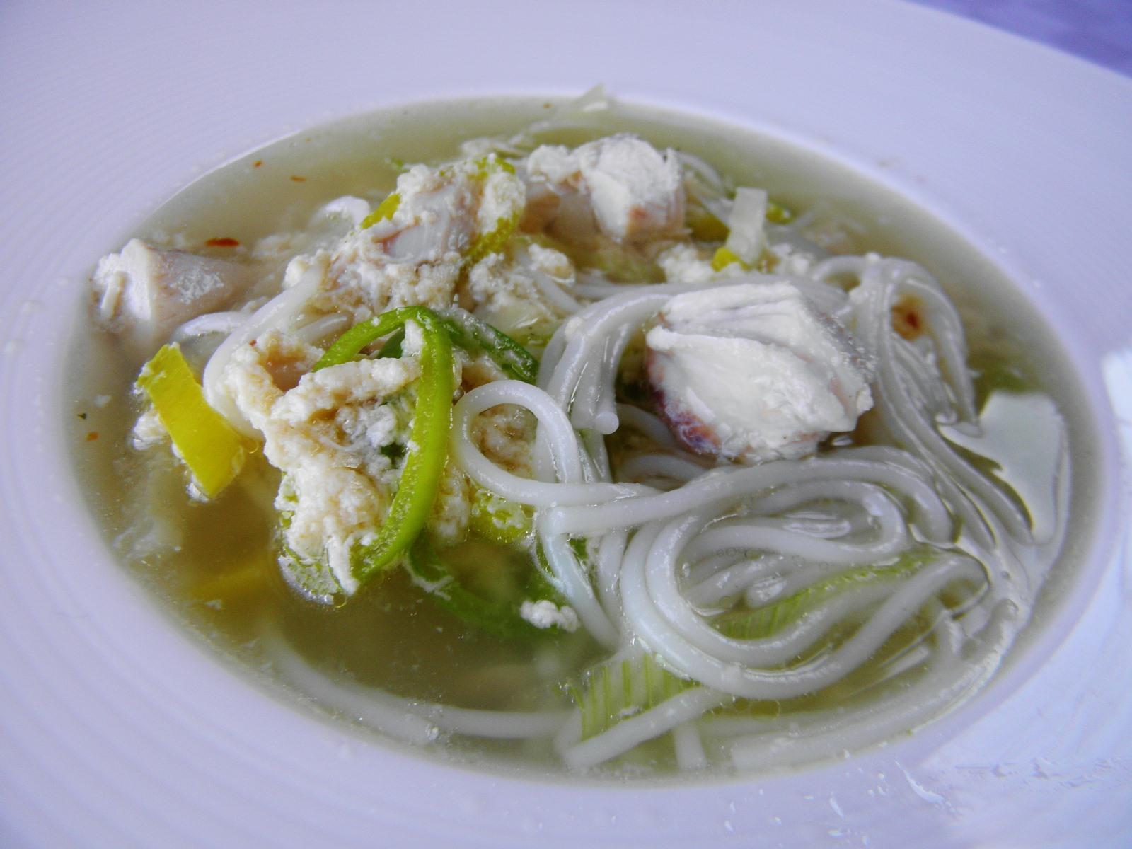 Kuřecí polévka s rýžovými nudlemi