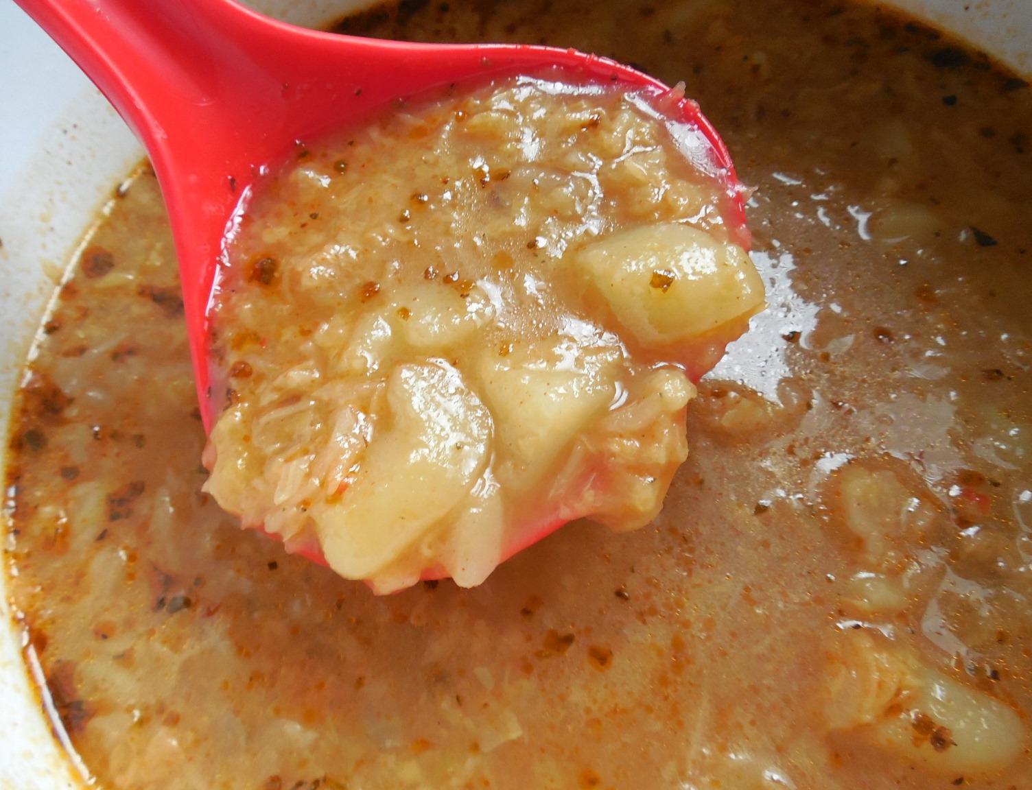 Kapustová polévka s brambory a slaninou