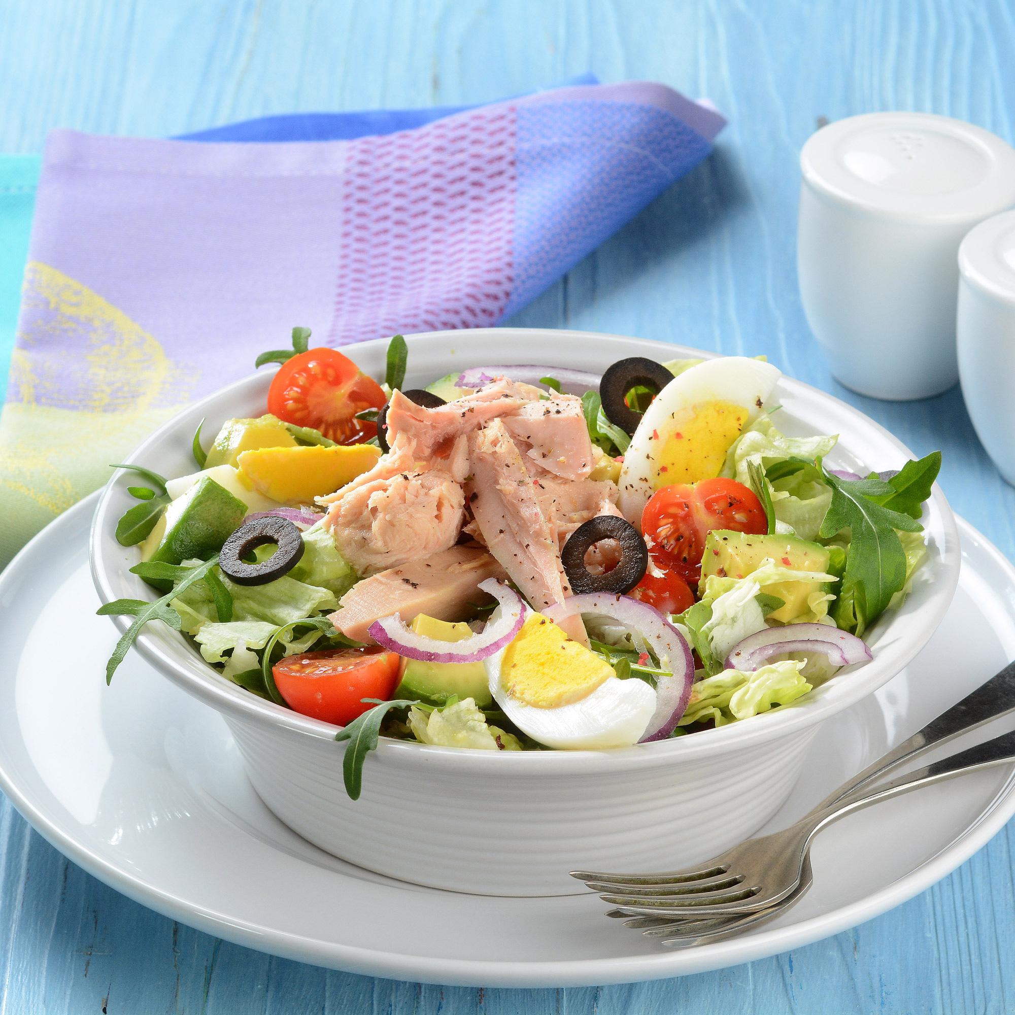 Salát s tuňákem, vejci a černými olivami