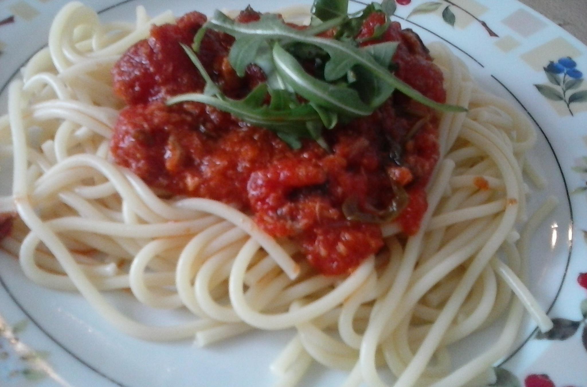 Špagety s tuňákem, rajčaty a rukolou