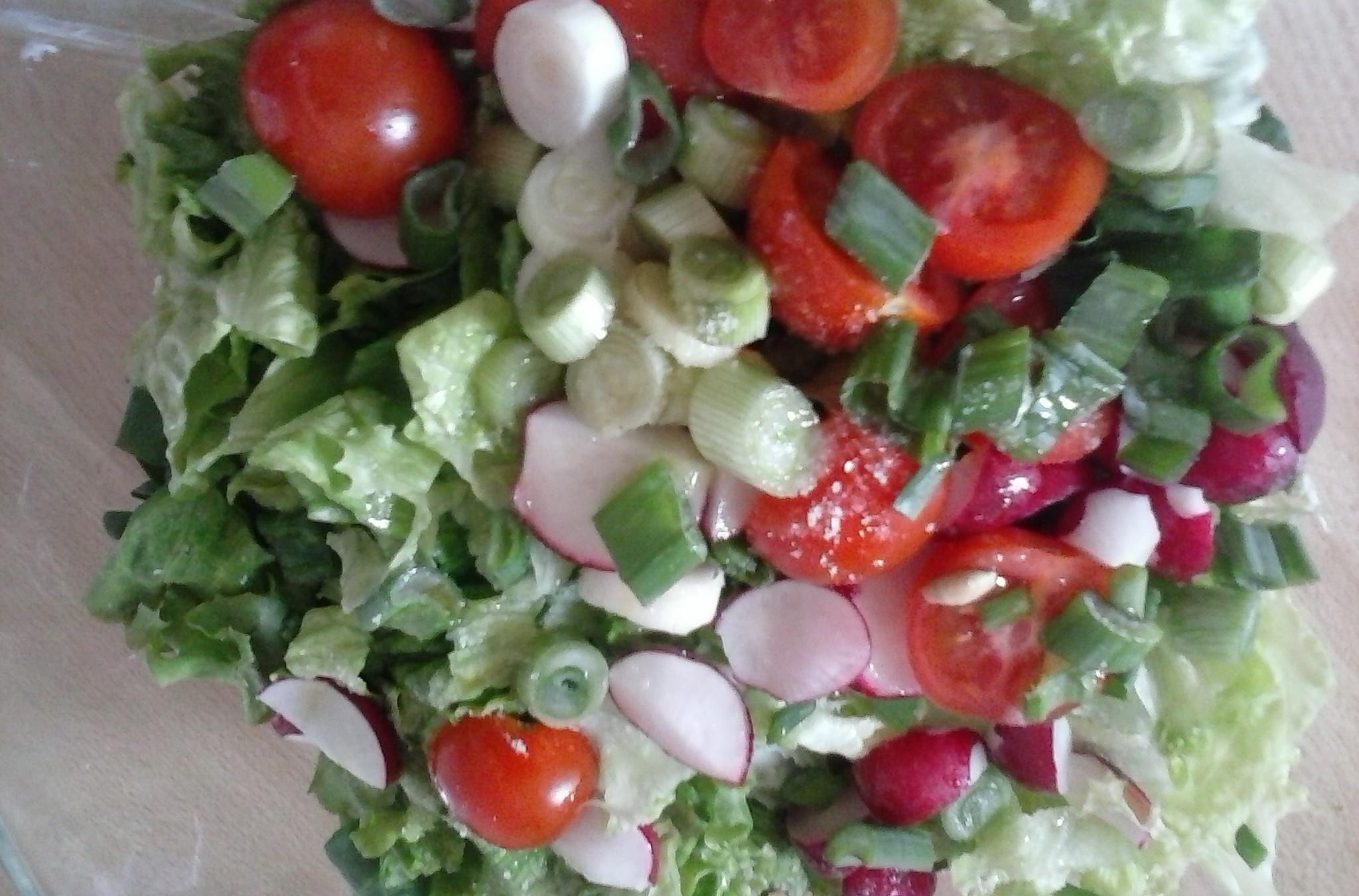 Jarní salát s kari zálivkou