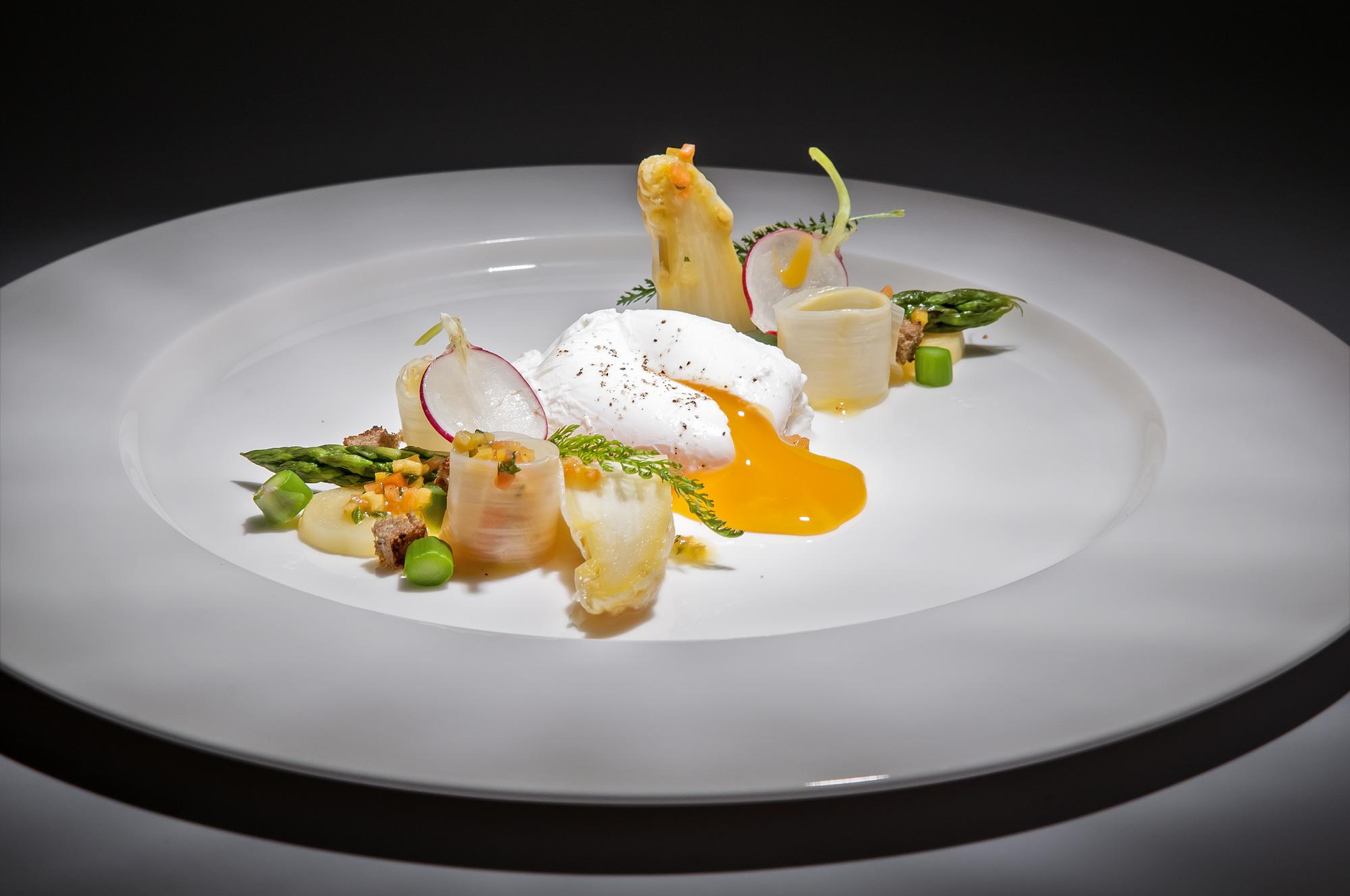 Chřestový salát se zastřeným vejcem