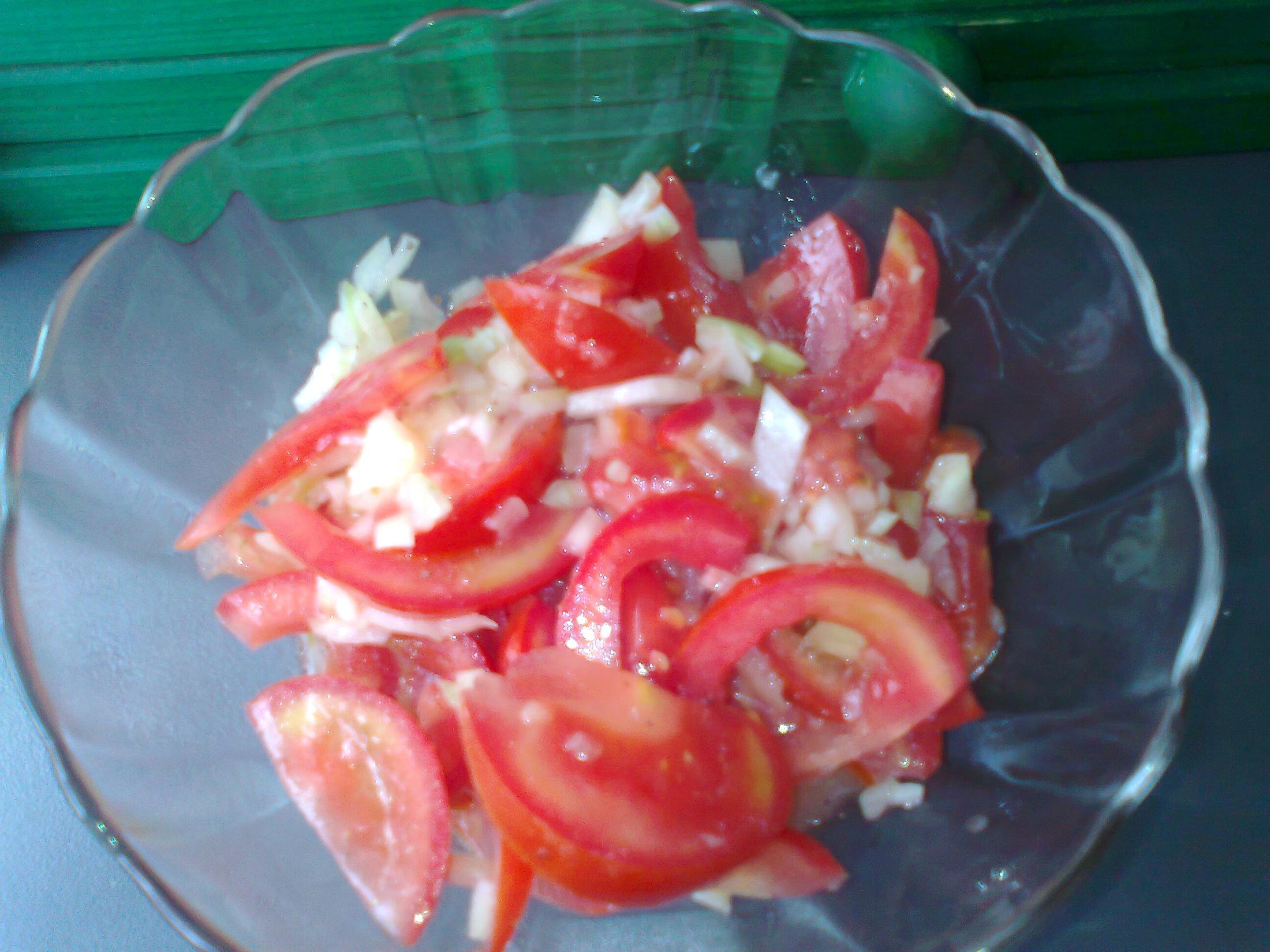 Rajčatový salát s cibulí a citronem