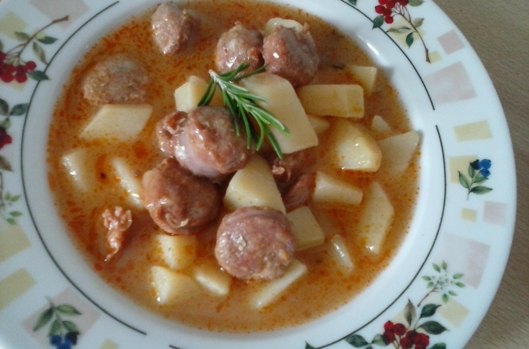 Bramborová polévka s rajčaty a vepřovou klobásou