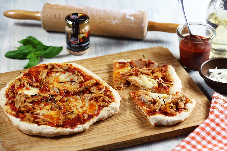 Pizza s tuňákem a cibulí