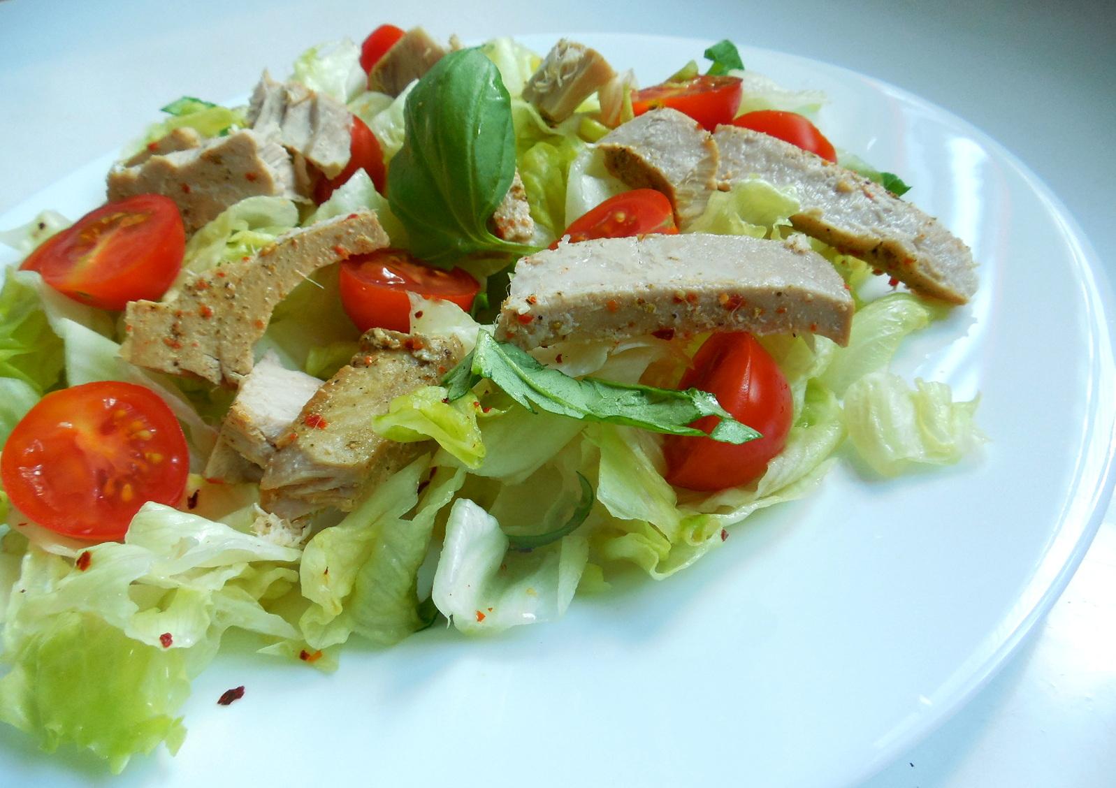 Zeleninový salát s pikantním tuňákem