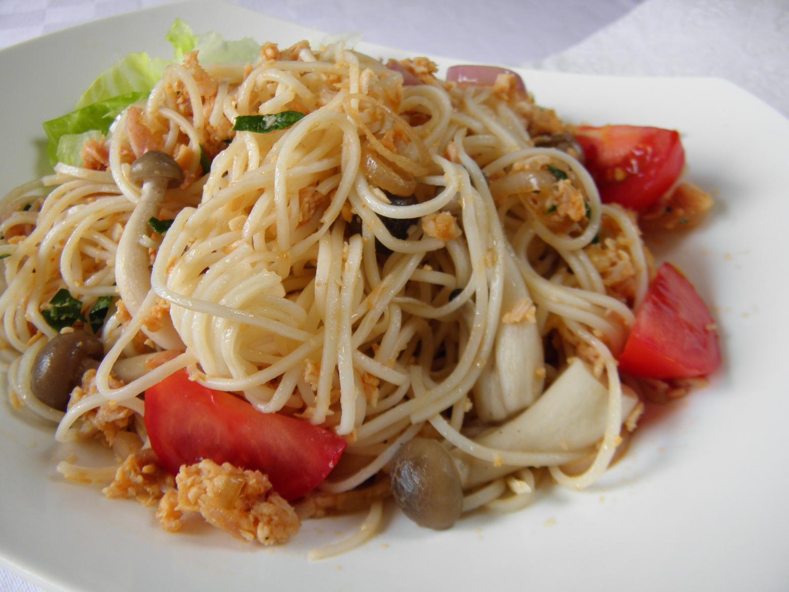 Čínské nudle s krůtím masem a houbami Shimeji