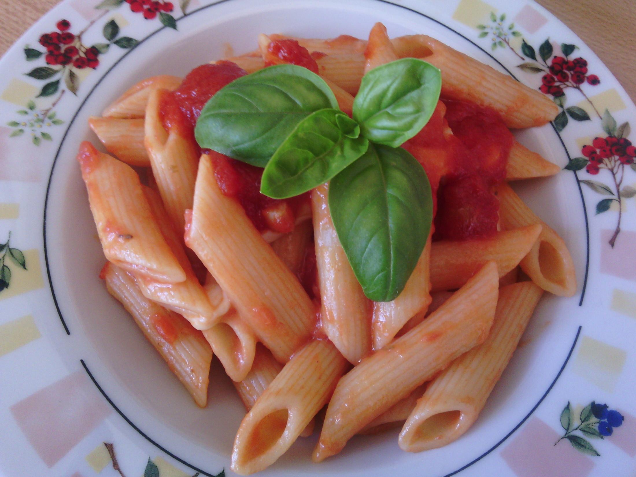 Těstoviny s rajčatovou omáčkou a bylinkami