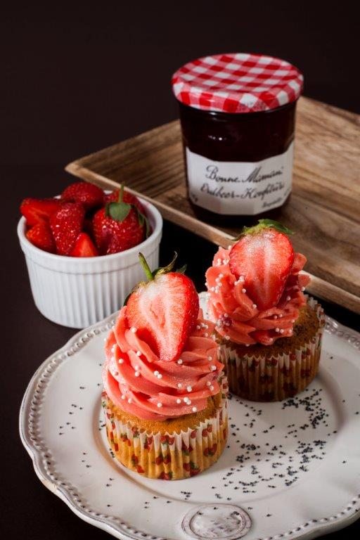 Citronovo-makové cupcakes s jahodovým krémem plněné domácí marmeládou