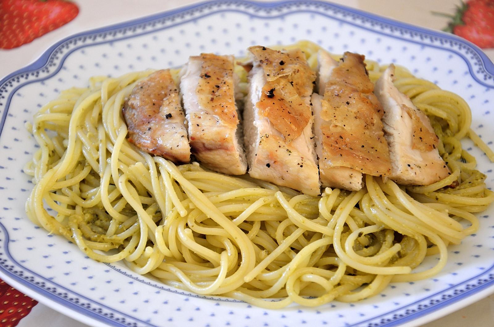 Grilovaná kuřecí prsa s bazalkovými špagetami