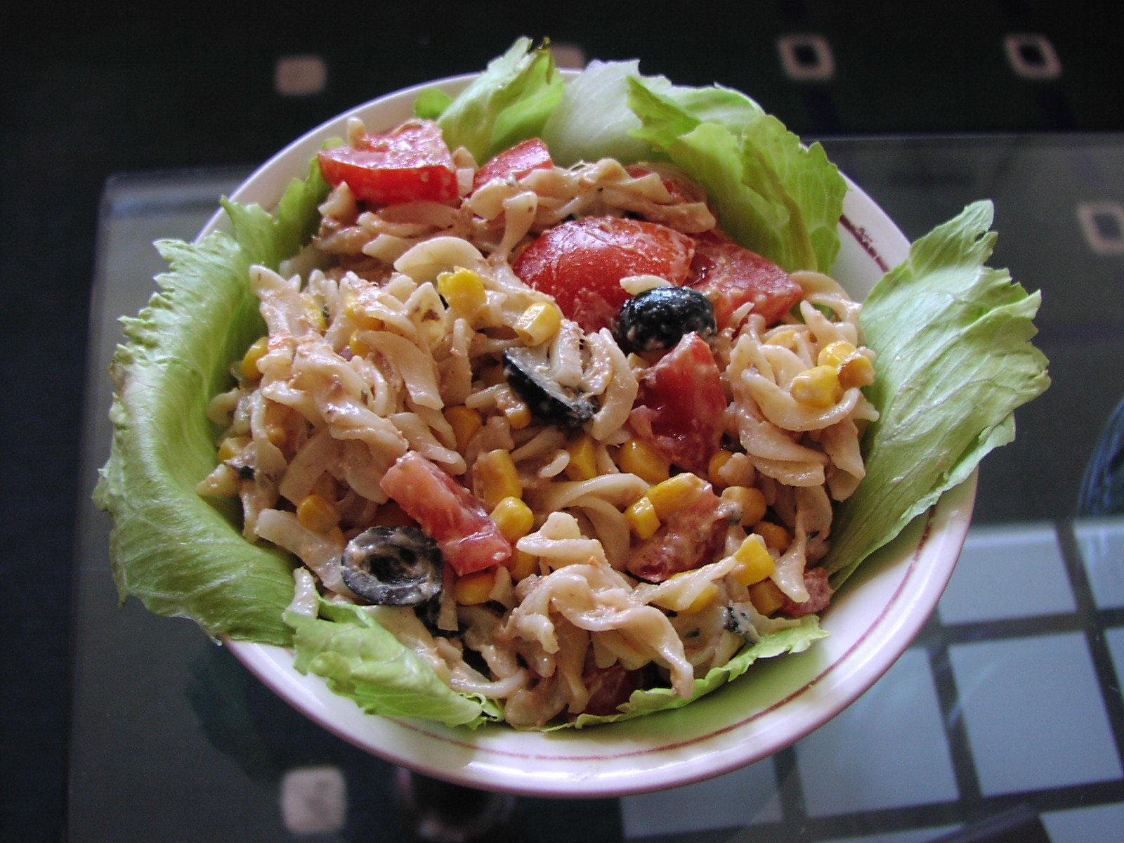 Těstovinový salát s kousky tuňáka a zeleninou