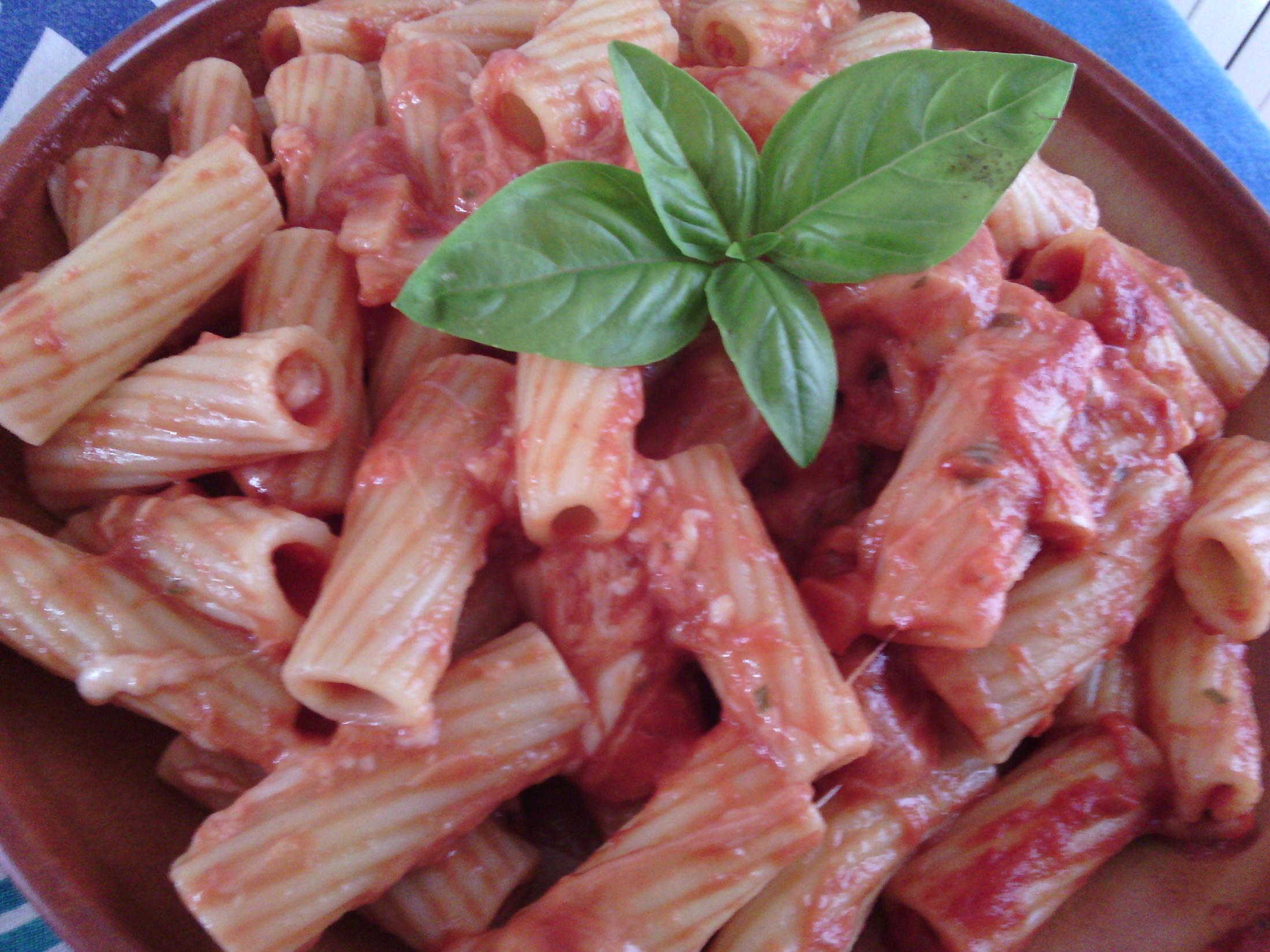 Fotografie receptu: Těstoviny s kuřecím masem, rajčaty a mozarellou