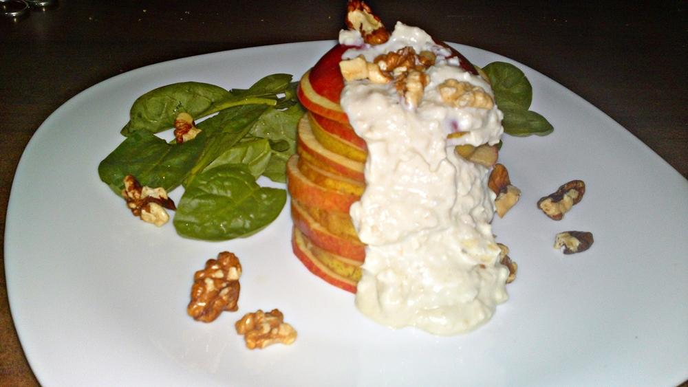 Jablkovo-hruškový salát s jogurtovo-nivovým krémem a špenátem