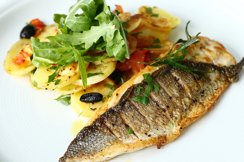Restovaná ryba s domácími chipsy
