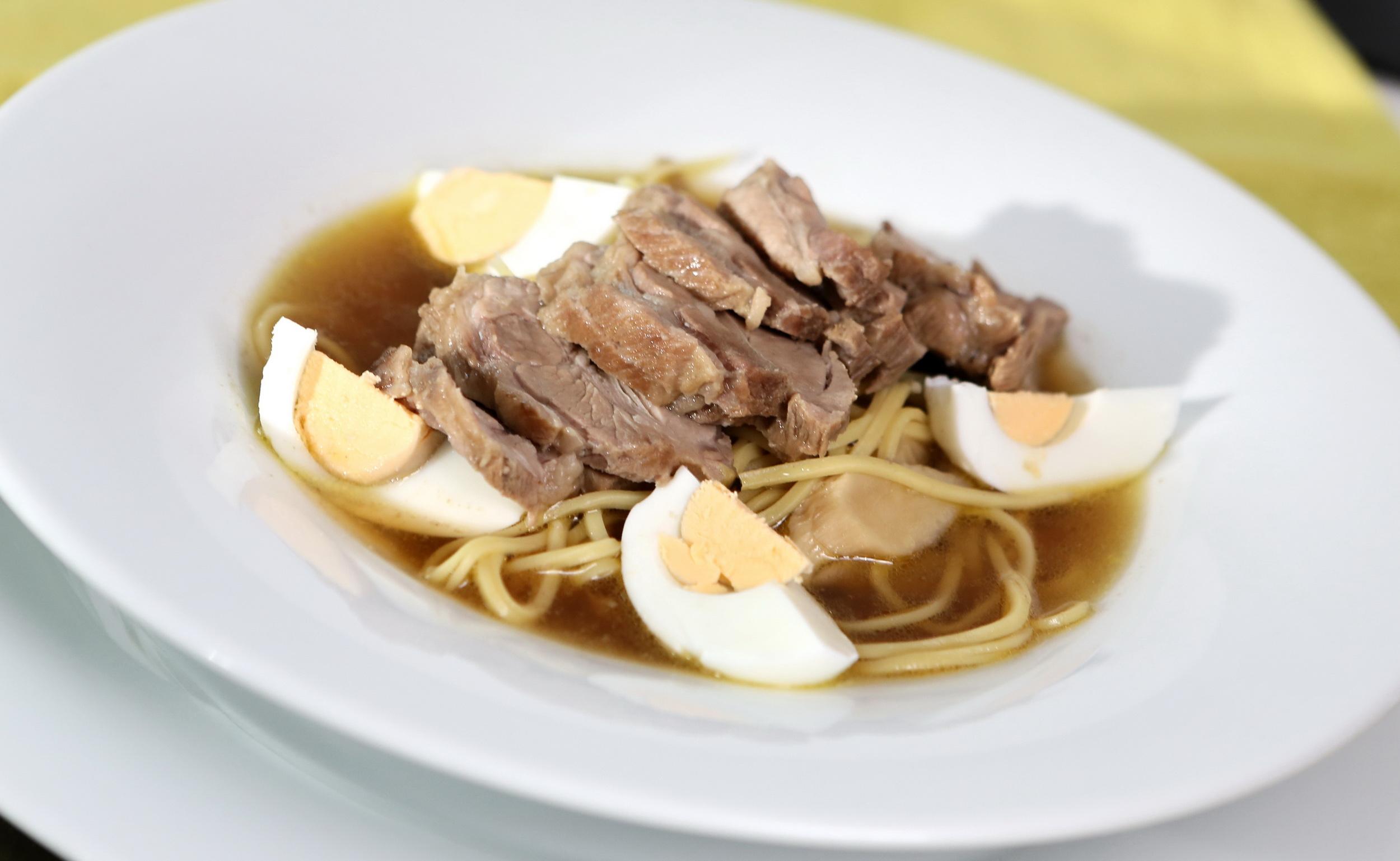 Japonská polévka s vepřovým masem
