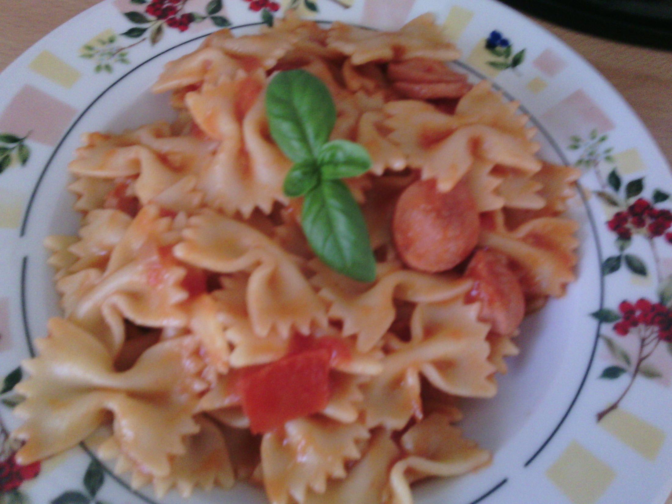 Levné těstoviny s párkem a rajčaty
