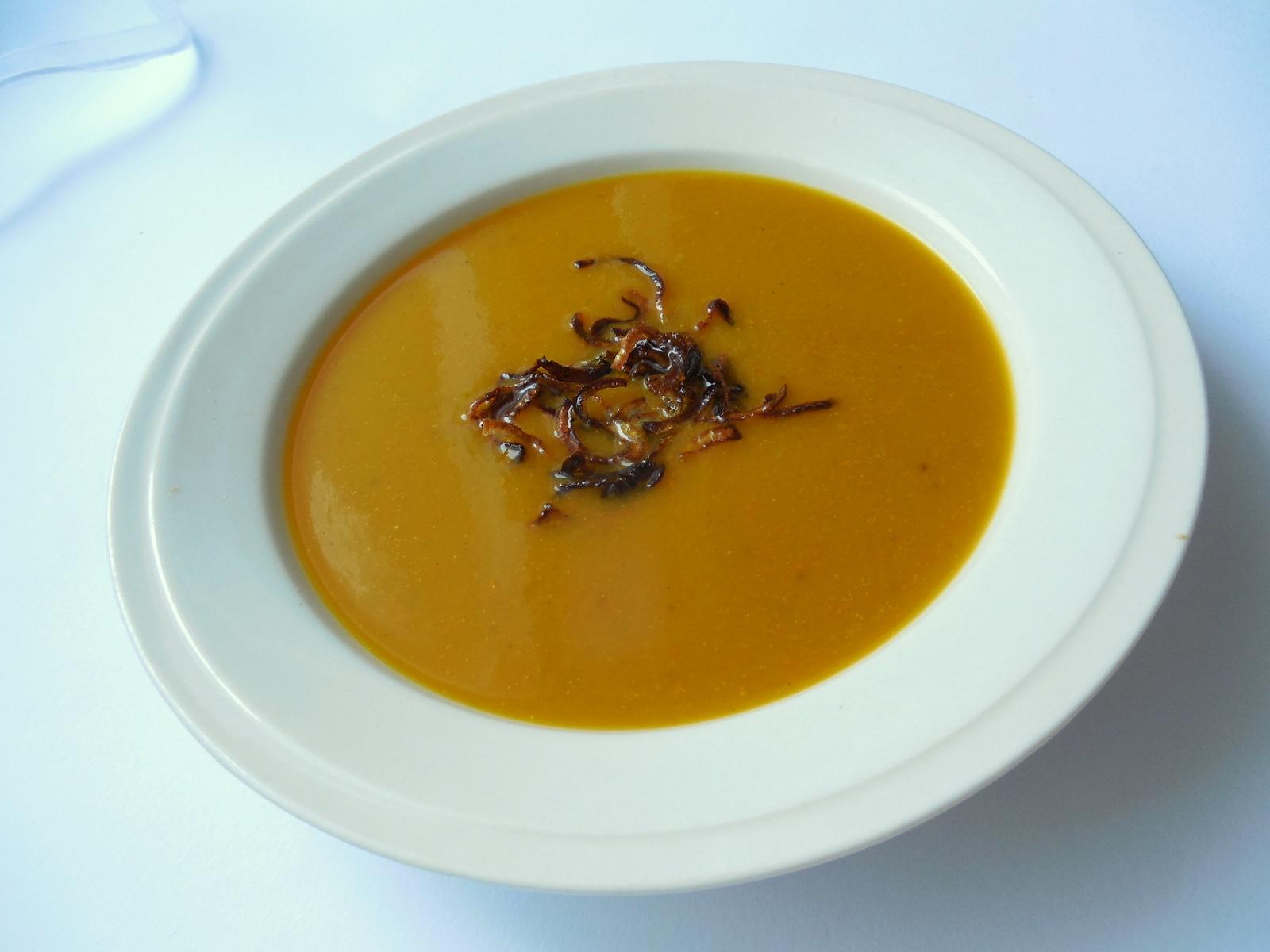 Dýňová polévka s osmaženou cibulkou