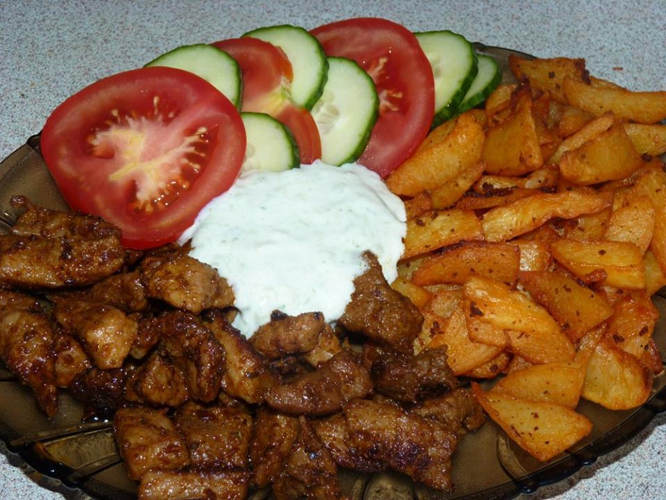 Fotografie receptu: Gyros maso s kořeněnými bramborami a domácím dresinkem
