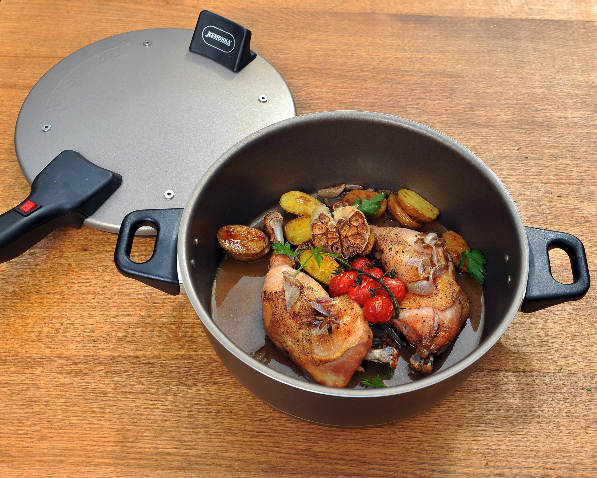 Kuřecí stehna pečená v remosce s mini brambůrkami, cherry rajčaty a česnekem