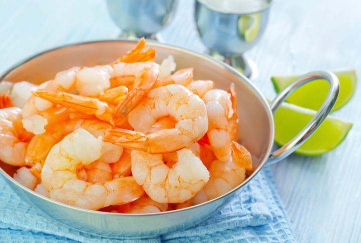 Fotografie receptu: Krevetový salát s čekankou a dresingem z pomeranče a vlašských ořechů