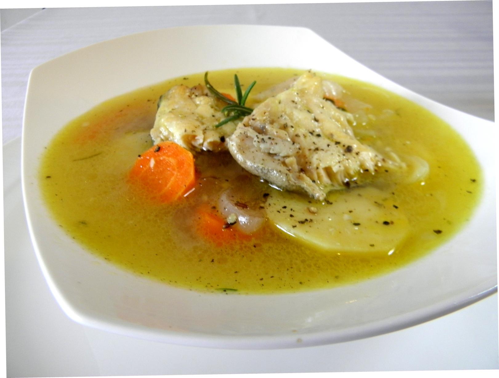 Lehká rybí polévka s bramborem a bylinkami