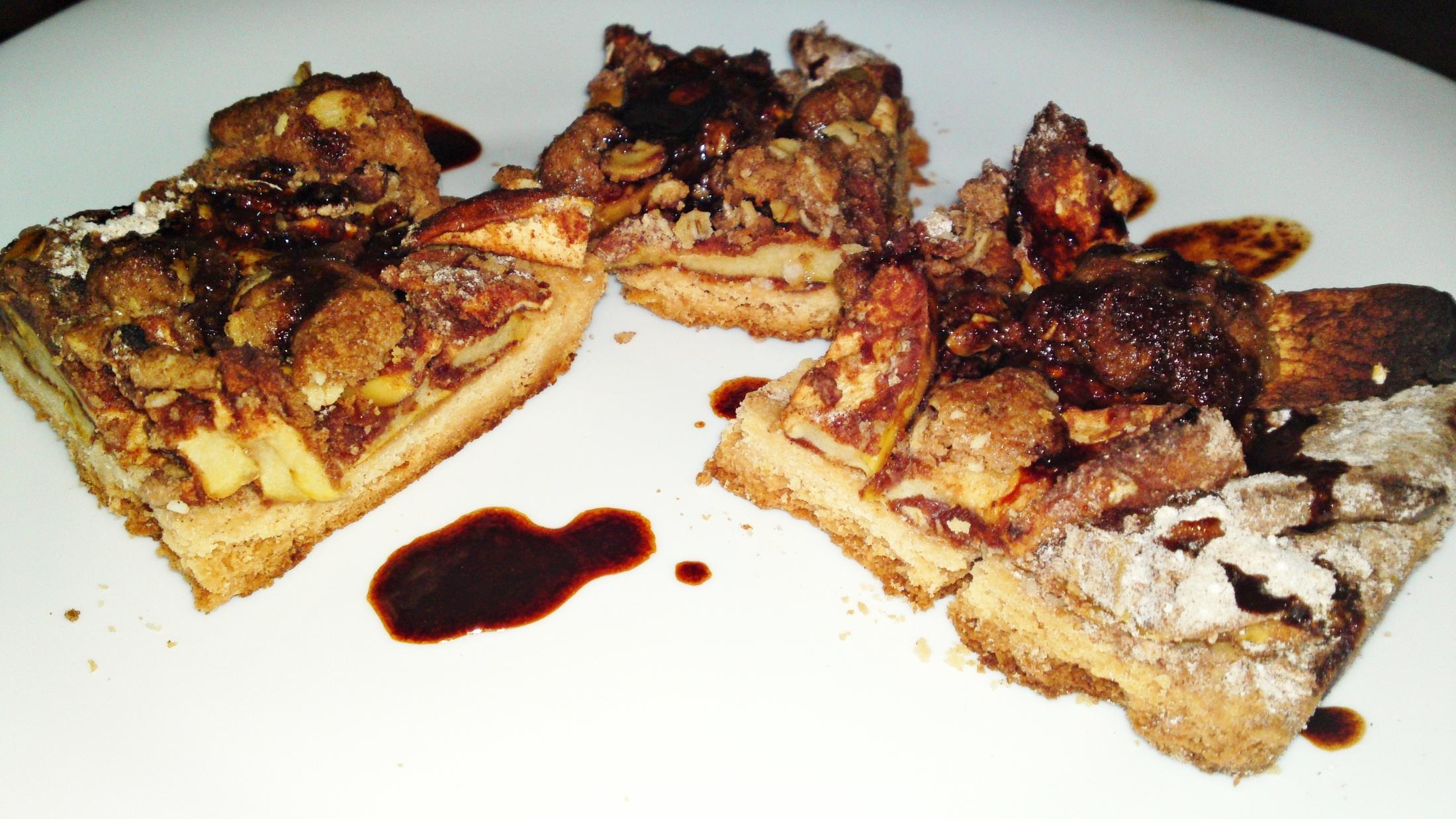 Křehký jablečný koláč s drobenkou a karamelem