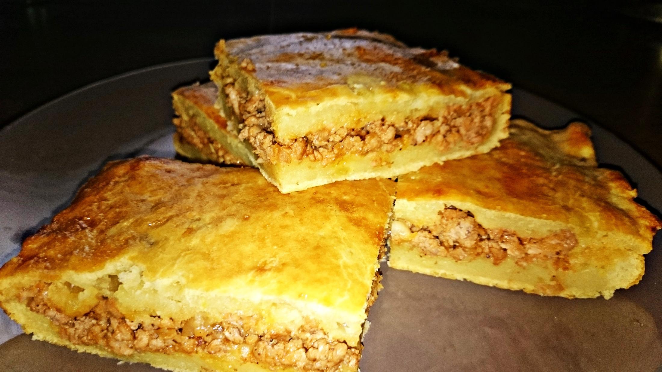 Slaný bramborový koláč plněný mletým masem