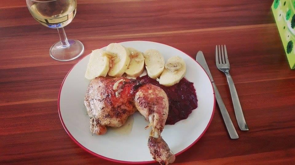 Kuře ála kachna s červeným sladkokyselým zelím a bramborovým knedlíkem