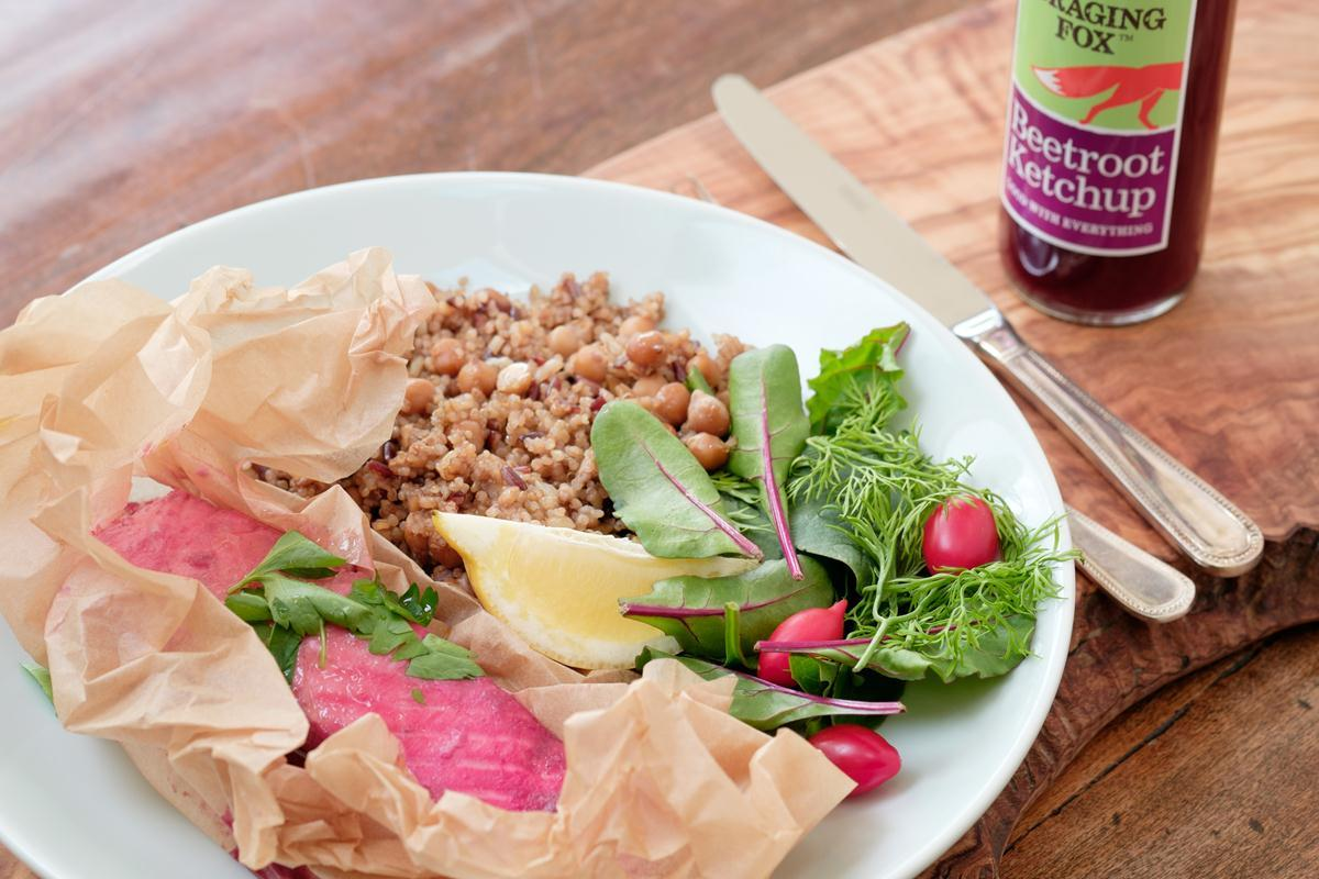 Losos marinovaný v kečupu z červené řepy se salátem s qiunoou a cizrnou