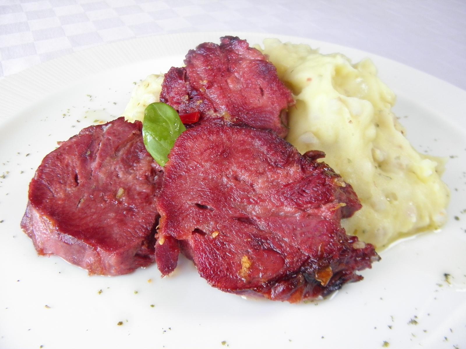 Uzený vepřový jazyk s bramborovo-kroupovou kaší