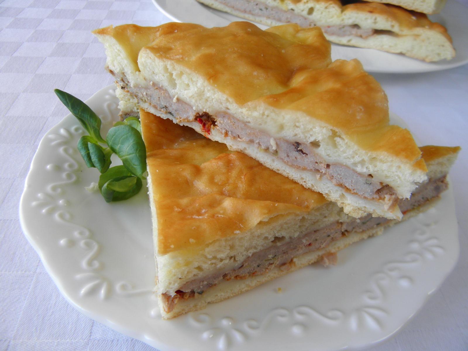 Slaný kynutý koláč s masem