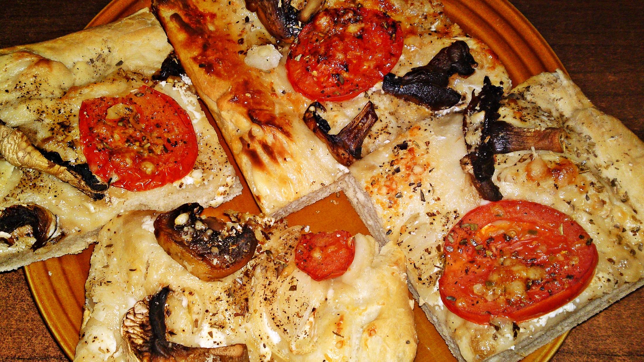 Slaný smetanový koláč s rajčaty, žampiony a sýrem