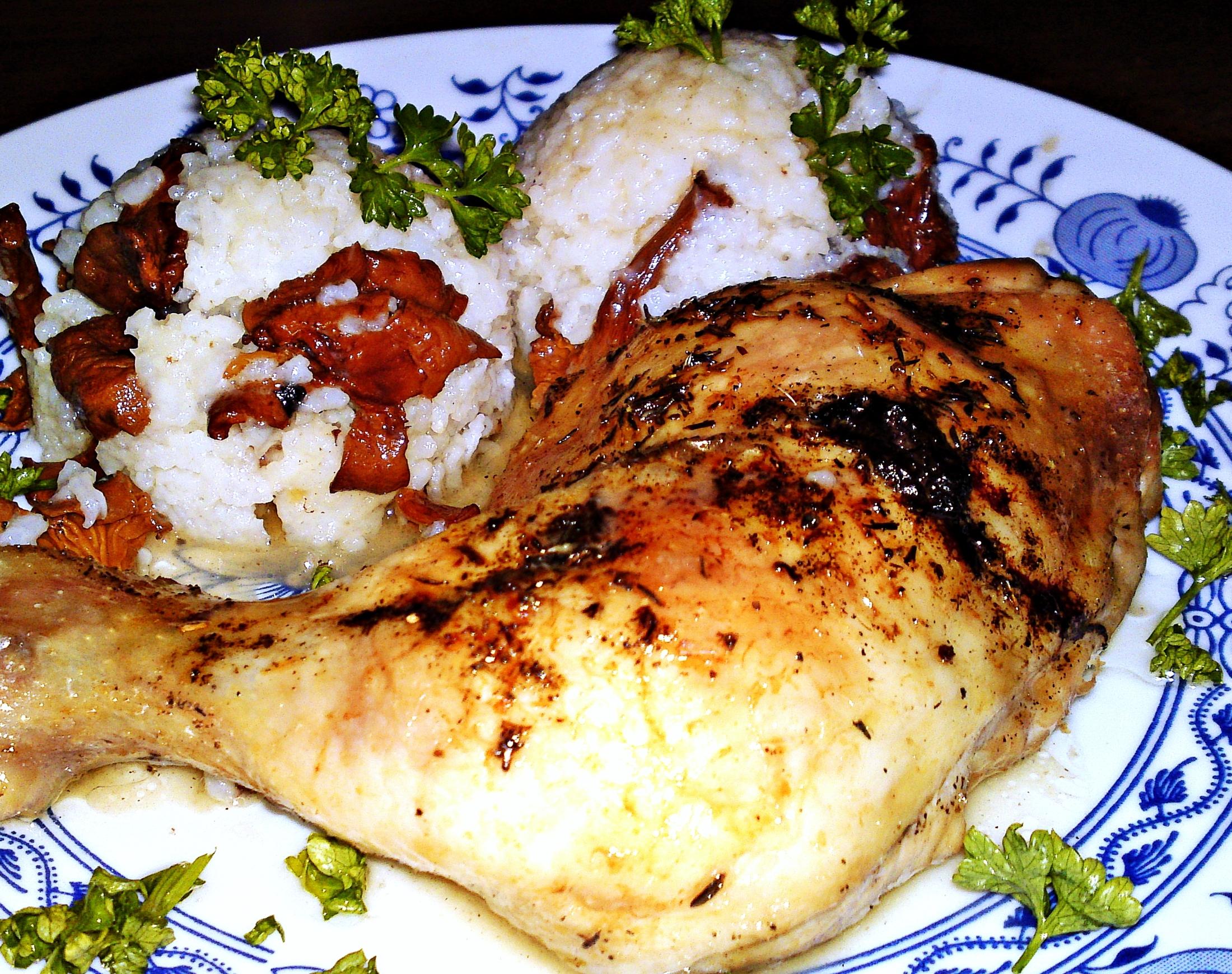 Pečené kuřecí stehno na víně a bylinkách s dušenou rýží s liškami