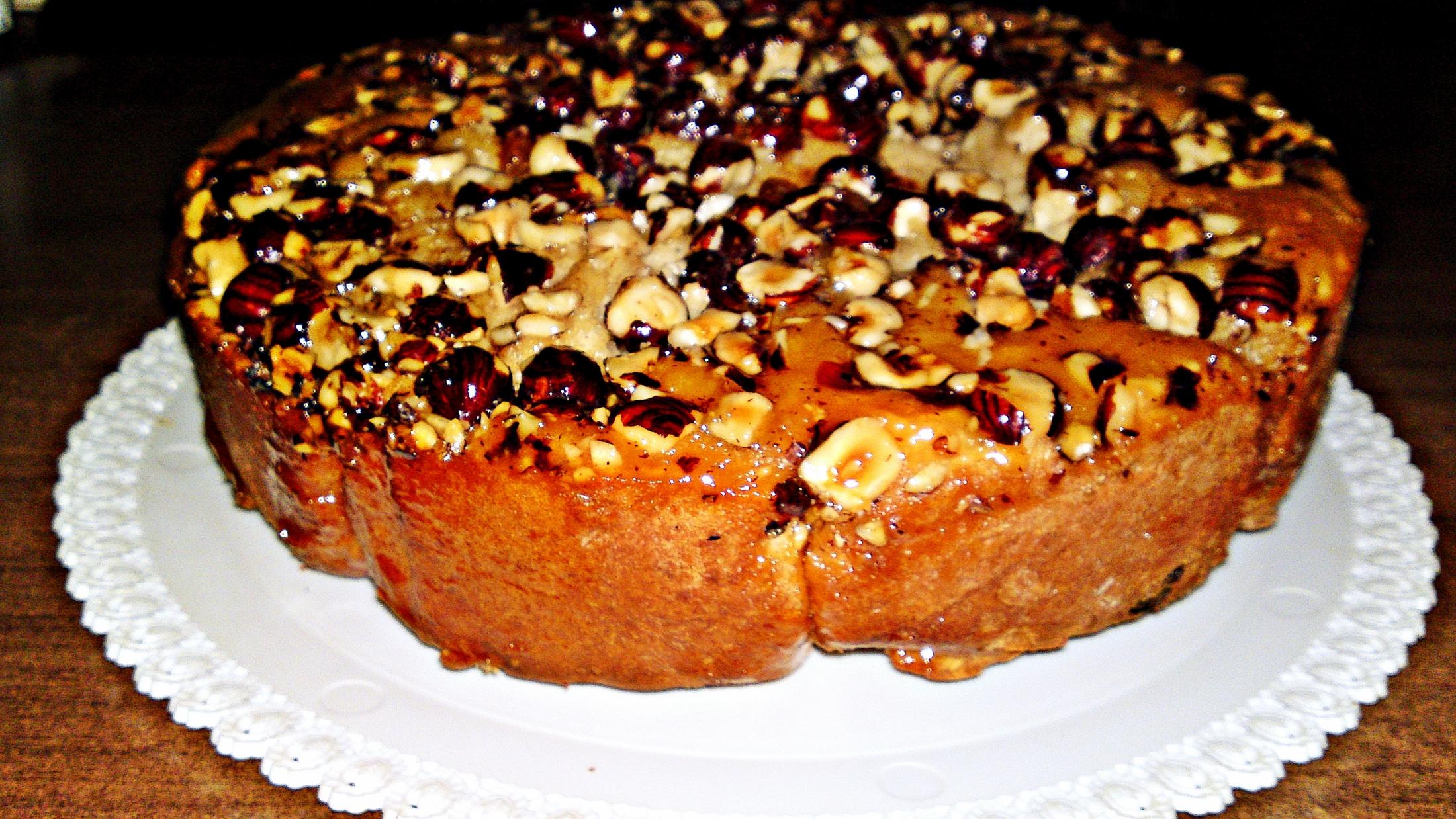 Vánoční perníkový dort s oříšky a karamelem