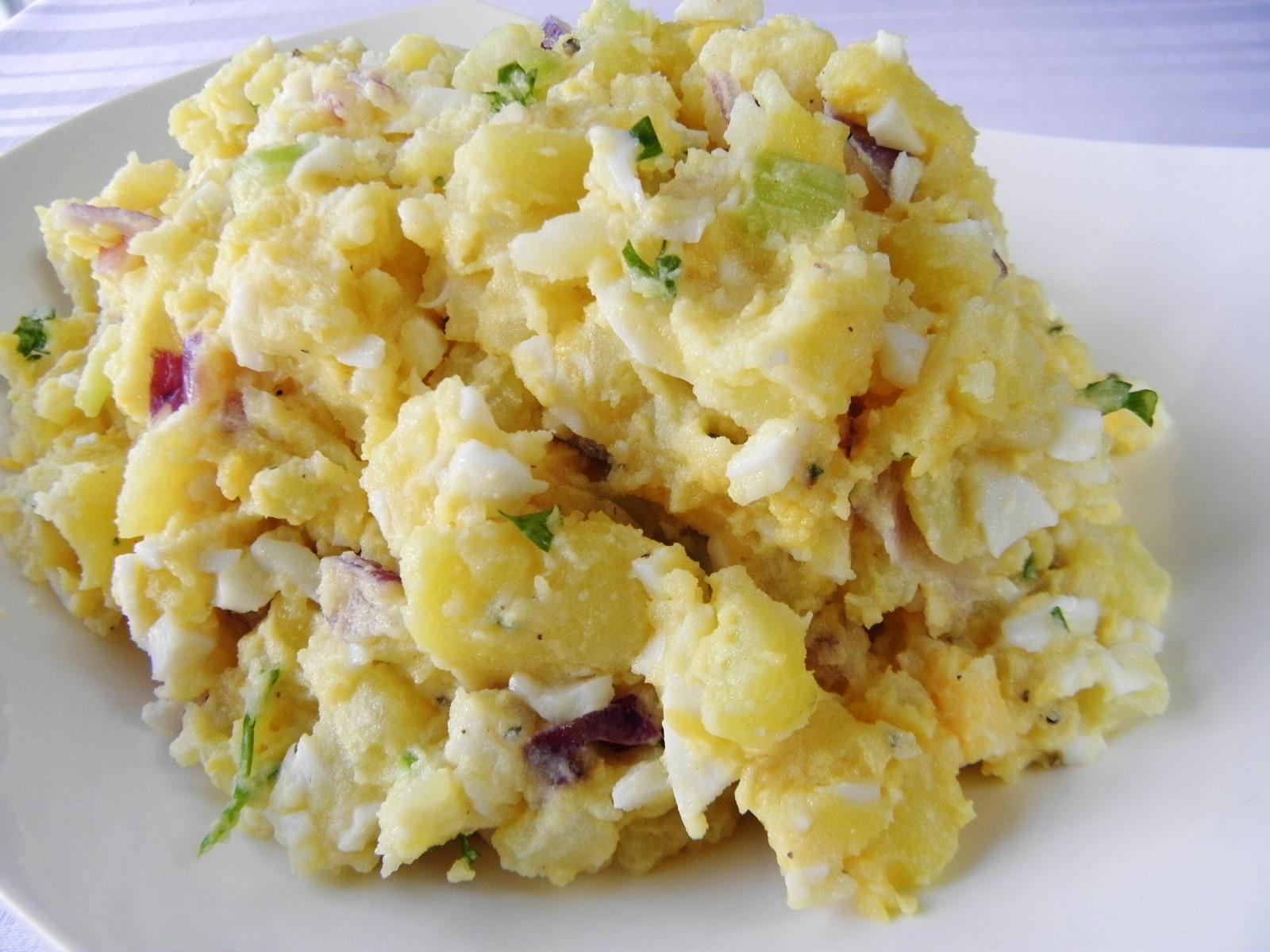 Bramborový salát s vejci a řapíkatým celerem