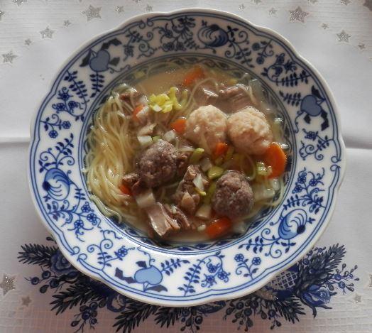 Fotografie receptu: Hovězí vývar s nudlemi a knedlíčky dvou chutí