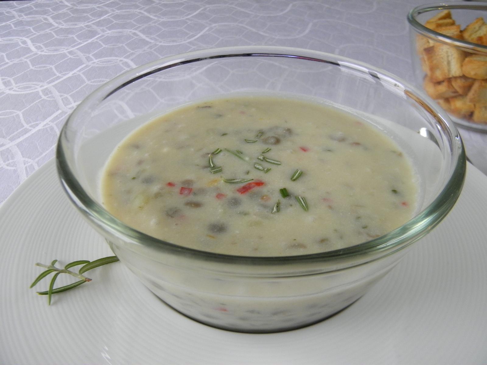 Pikantní polévka s brynzou a čočkou