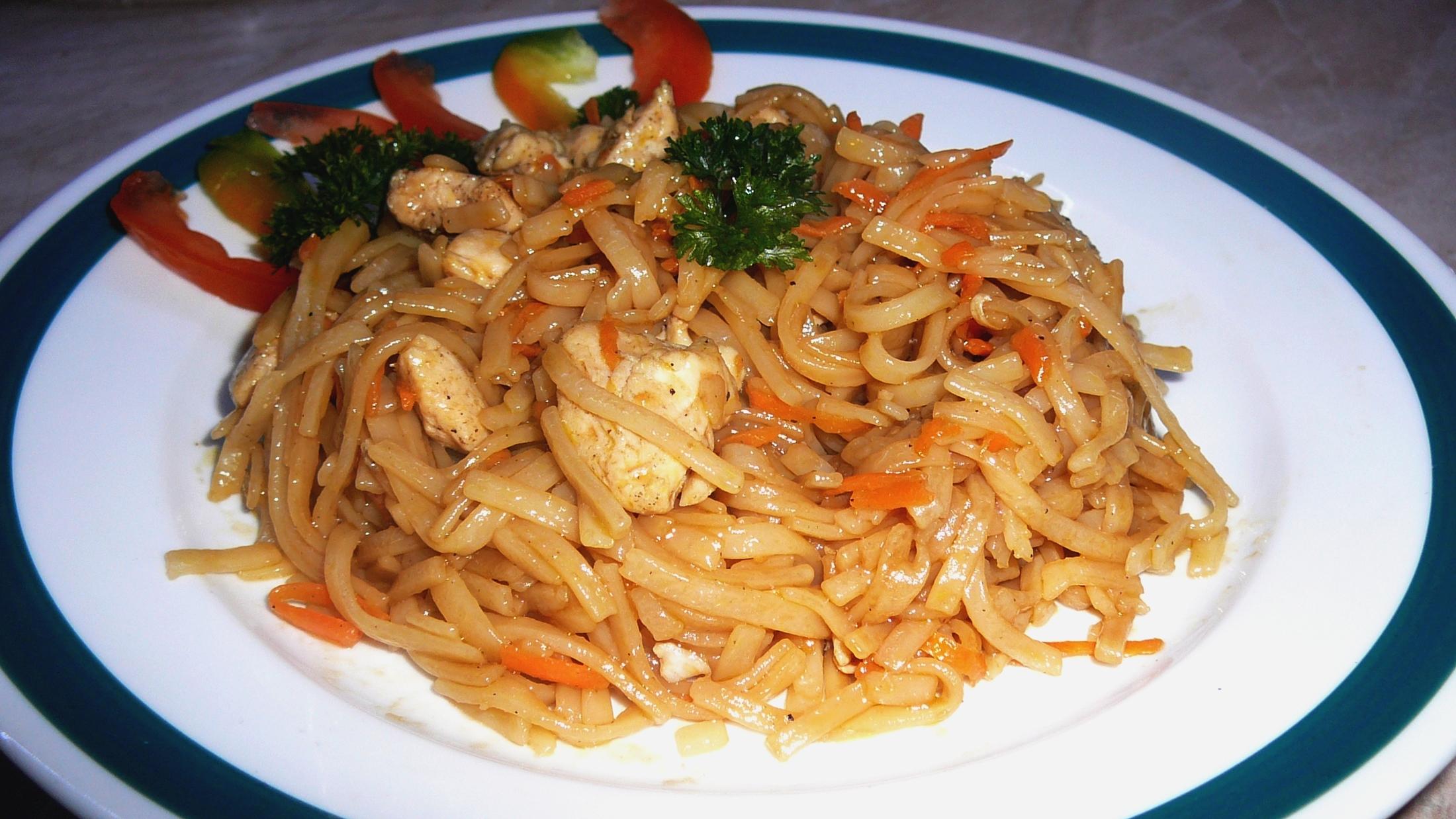 Rýžové nudle s kuřecím masem a mrkví