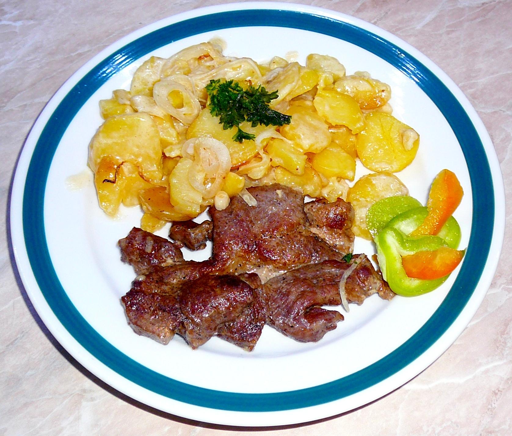 Zapečená vepřová krkovice s bramborami a šlehačkou