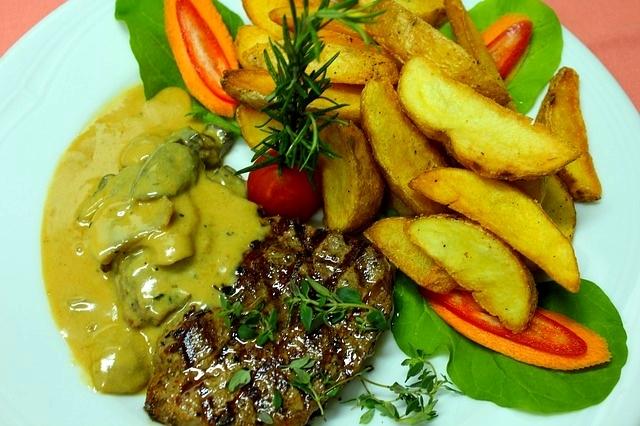 Hovězí steak s hřibovým přelivem