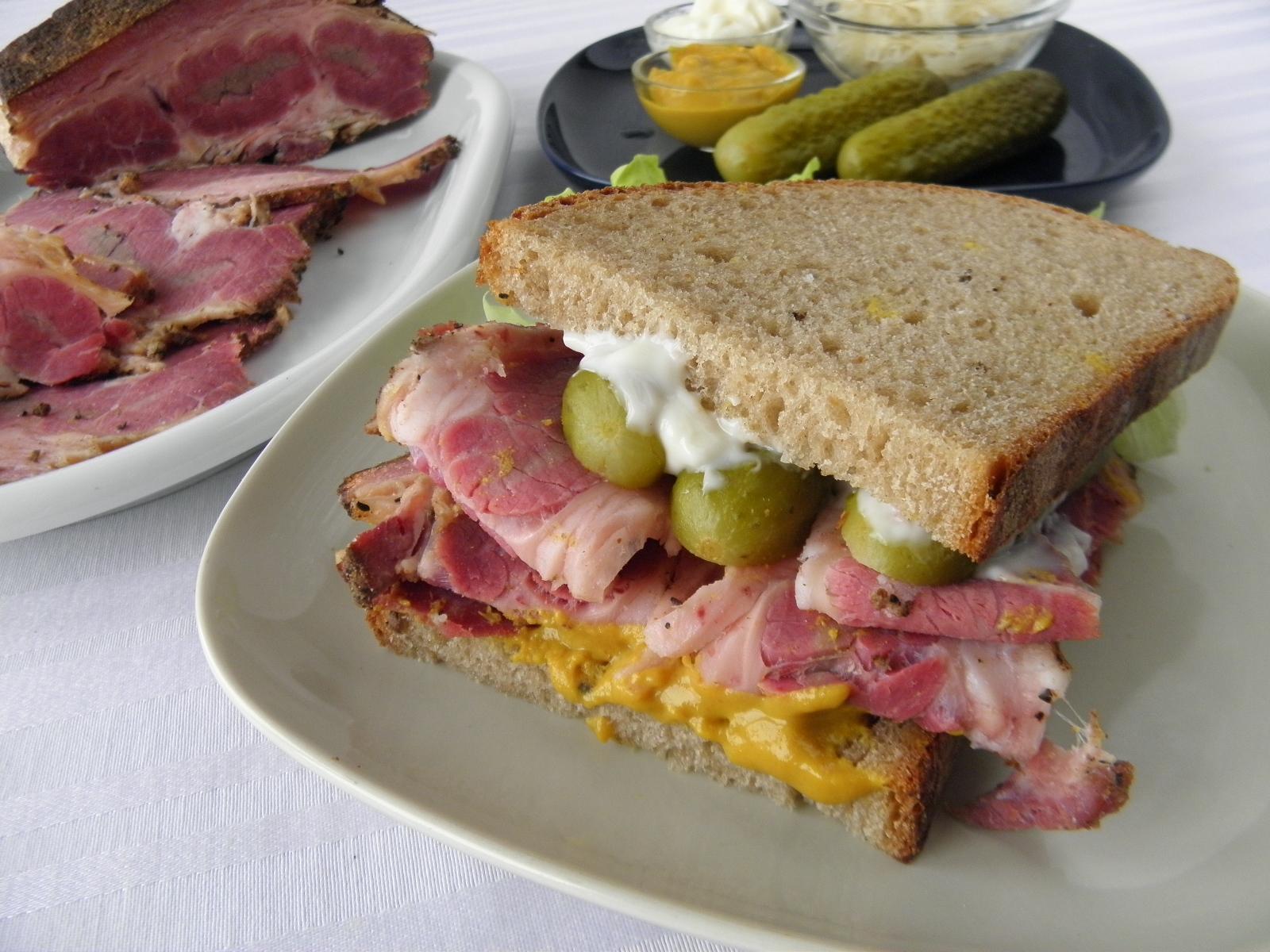 Domácí pastrami v sendviči