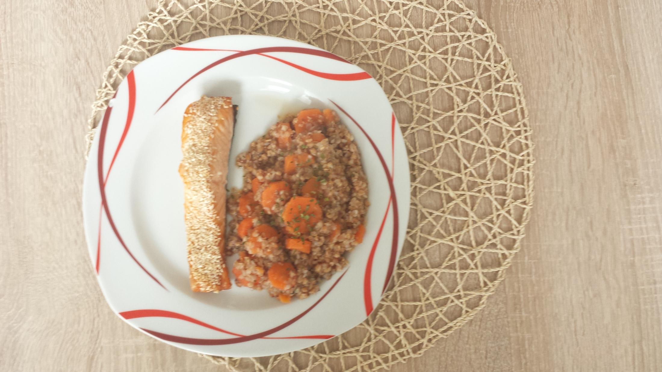 Fotografie receptu: Pečený losos se sezamem s pohankovo-mrkvovou kaší