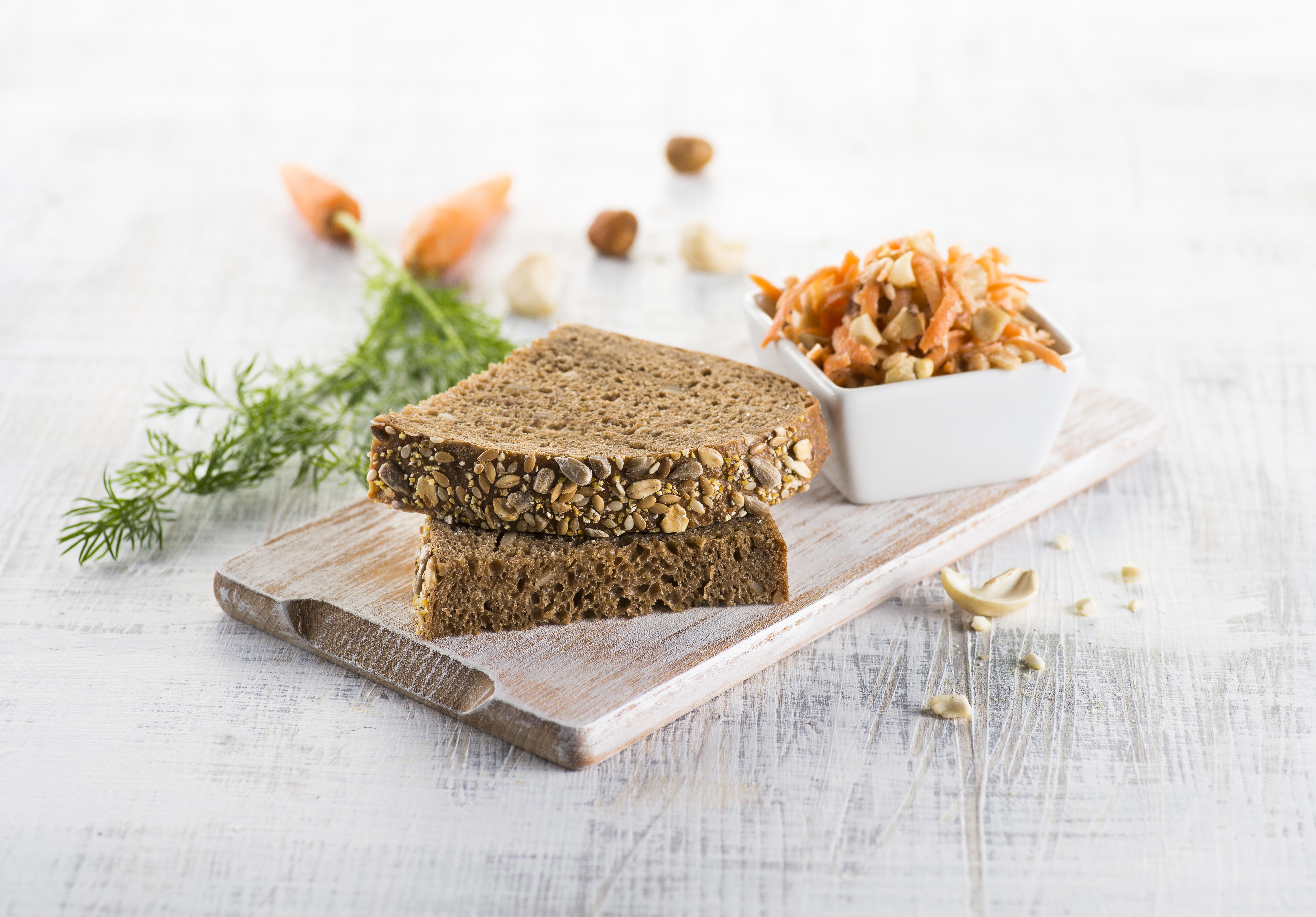 Z jádra dobrý alpský chléb se zimním salátem