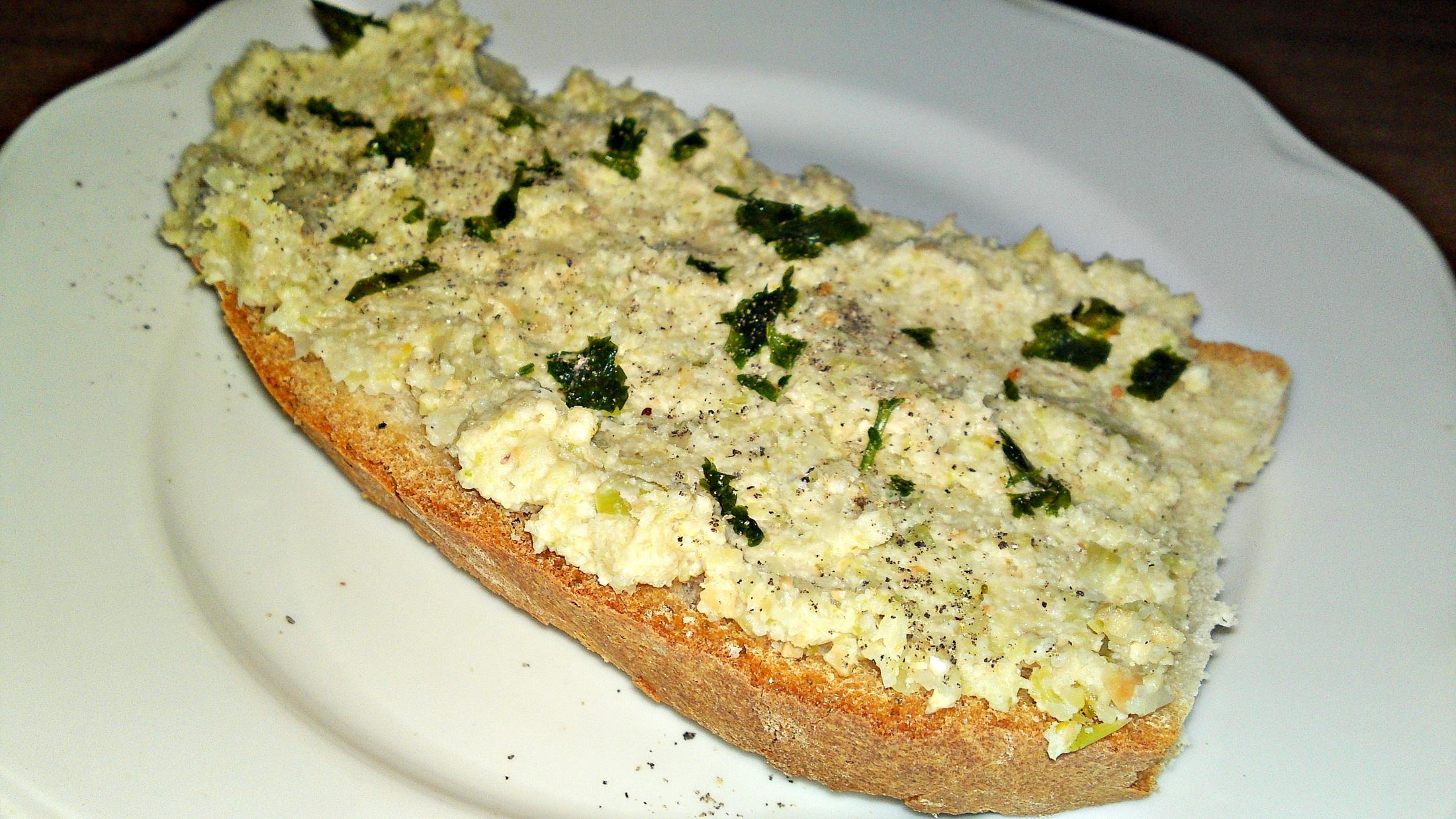 Pomazánka z brokolicových košťálů a kešu oříšků