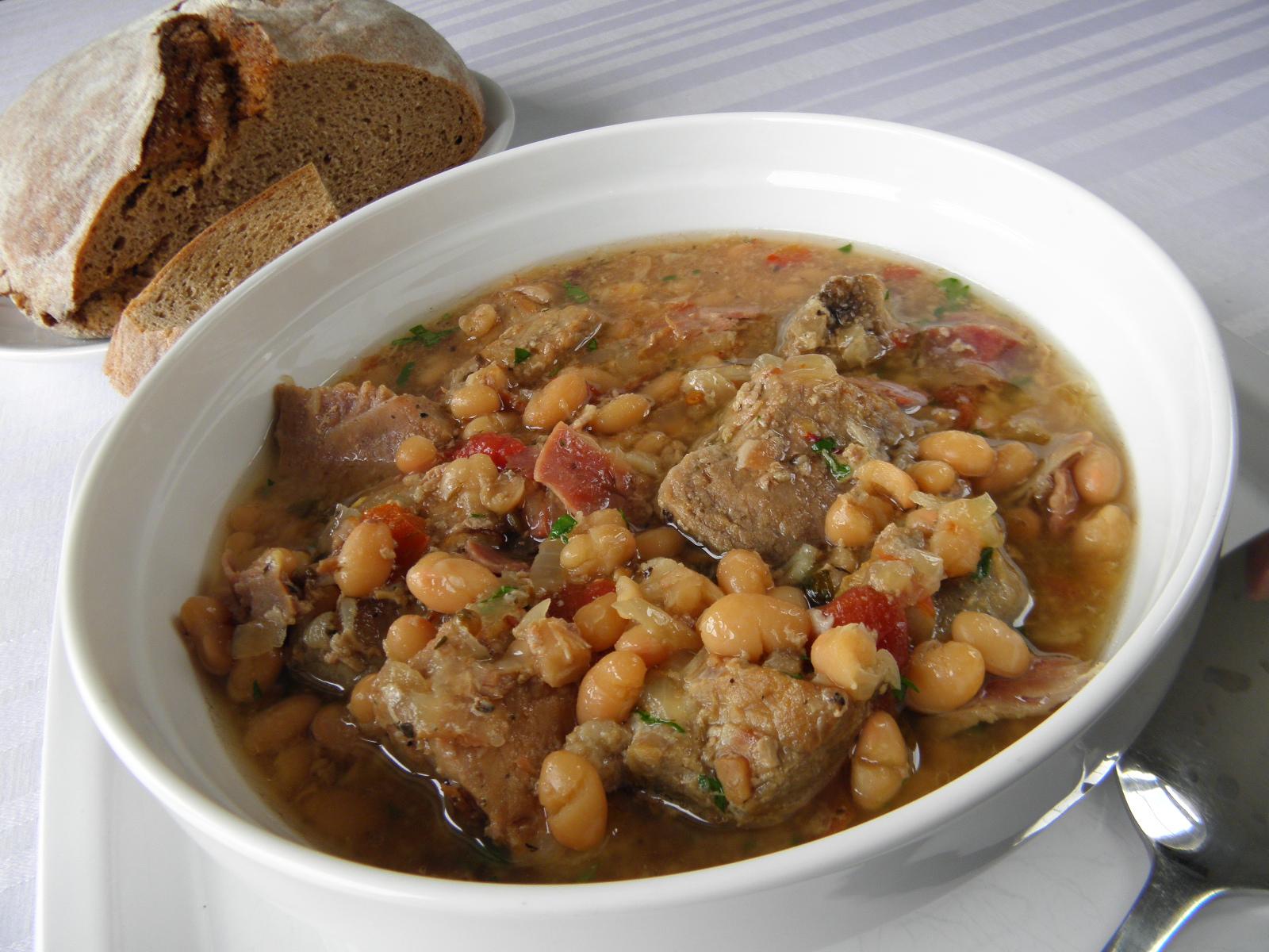 Fotografie receptu: Pečené vepřové plecko na víně s bílou fazolí