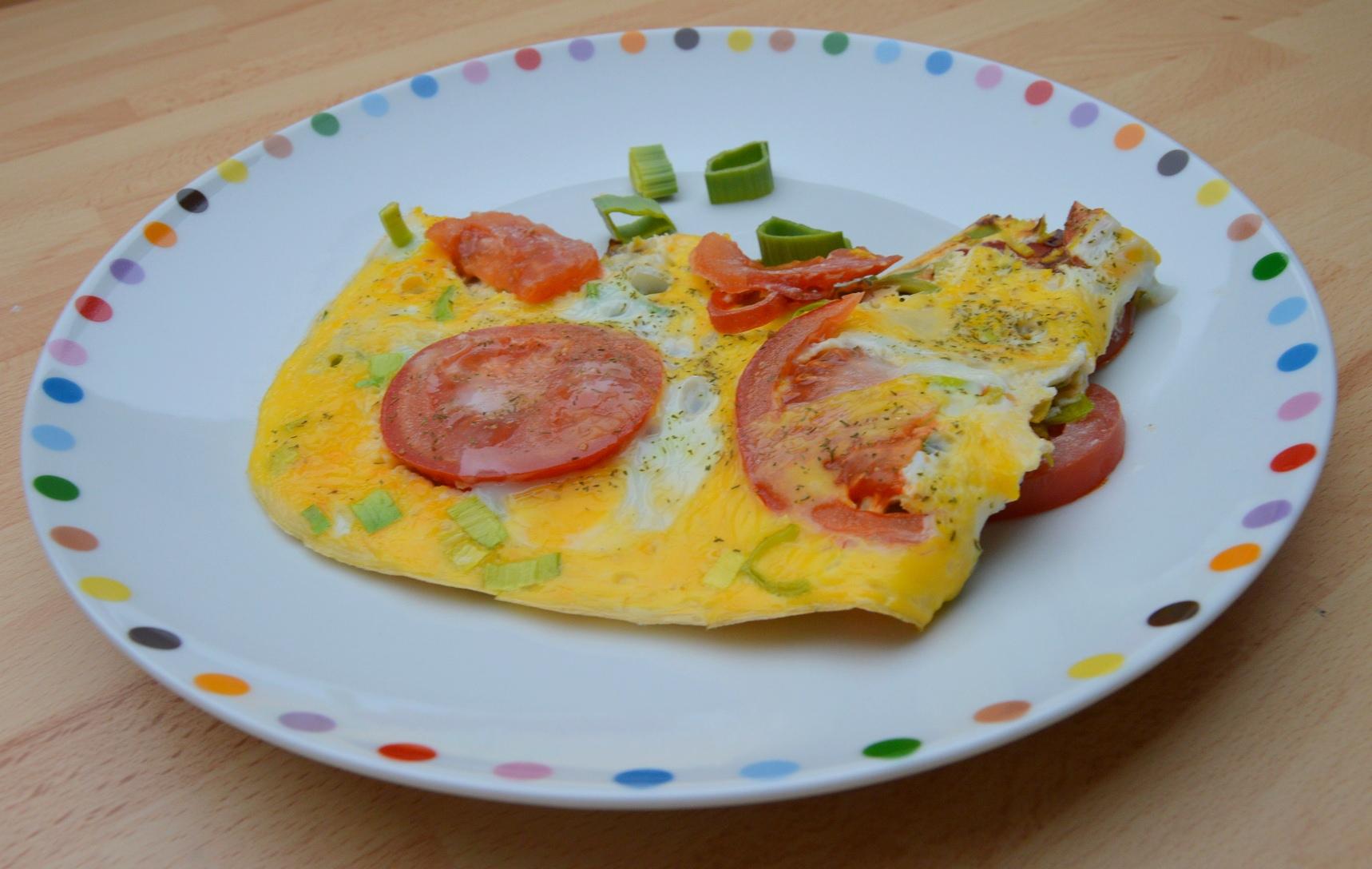 Jednoduchá vaječná omeleta s rajčaty