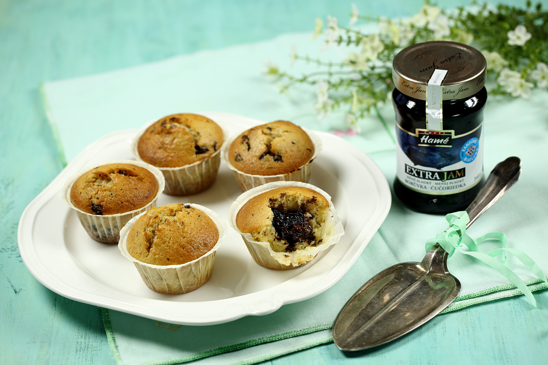 Muffiny s kousky čokolády a džemem uprostřed