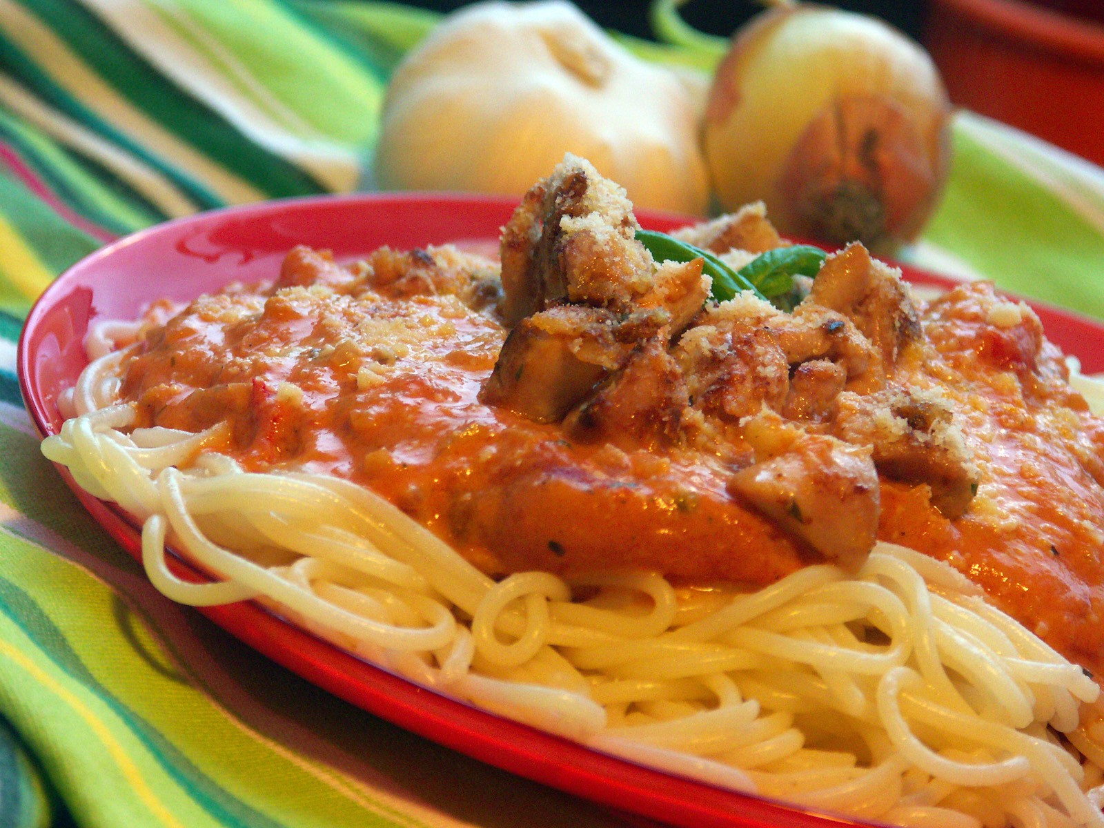 Špagety s kuřecím masem a rajskou smetanou
