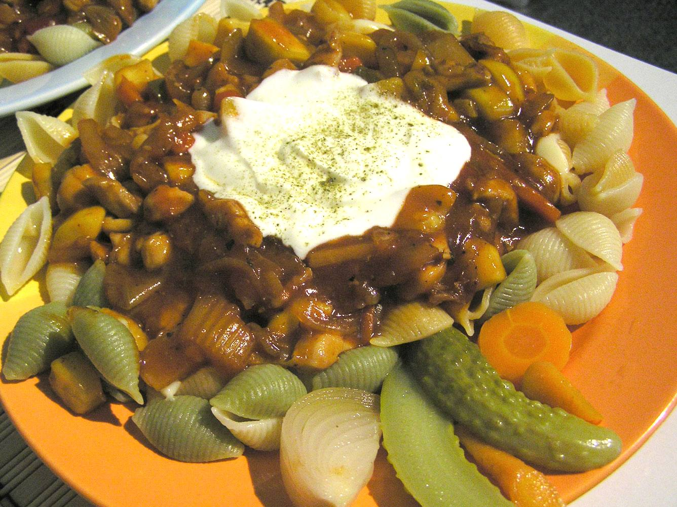 Těstoviny s kuřecím a omáčkou